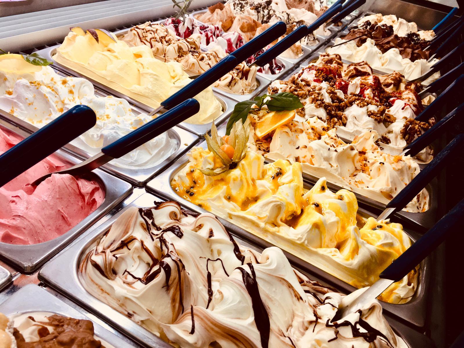 """La mítica heladería """"Pazza Mina"""" ha inaugurado su temporada 2021 con unos sabores clásicos de la Semana Santa: helado de Torrijas y helado de Romero con frambuesa!!!  También hay algunas sorpresas nuevas en la lista de los sabores!!"""